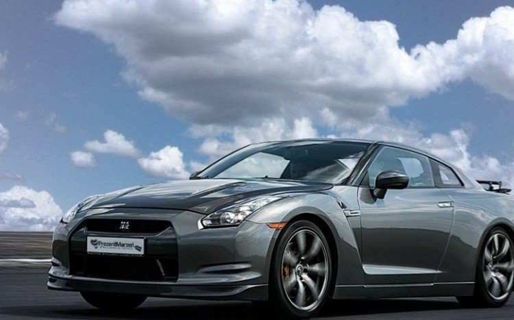 Coupe Nissan GTR na torze
