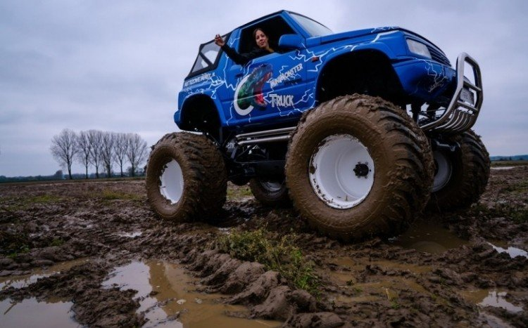 jazda monster truckiem po torze off road