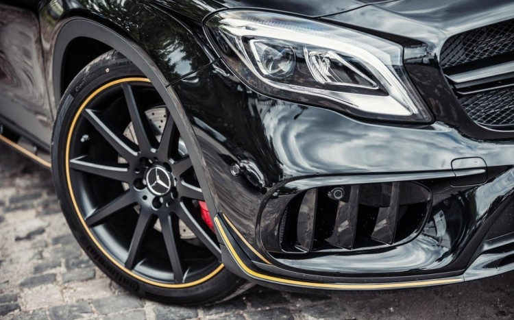 wnętrze Mercedesa GLA 45 AMG Yellow Night Edition