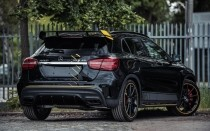 Mercedes GLA 45 AMG Yellow Night Edition z tyłu