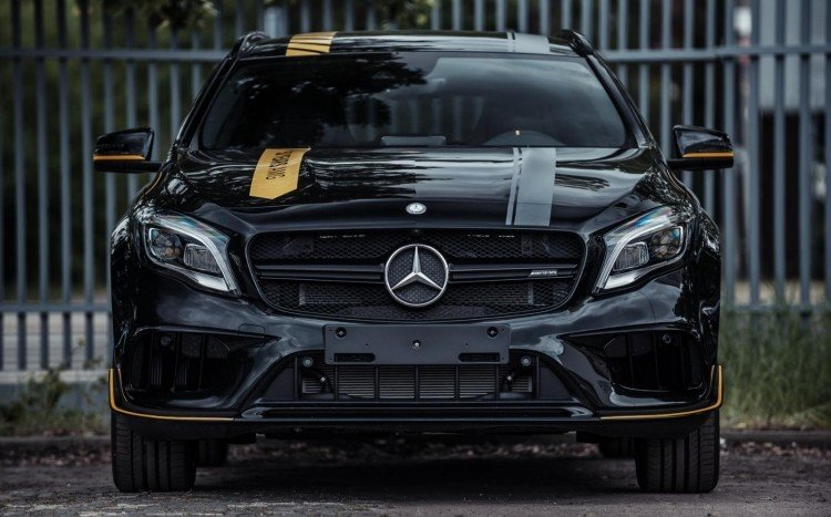 Mercedes GLA 45 AMG Yellow Night Edition z boku