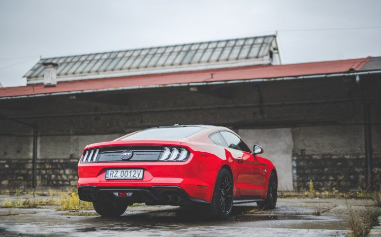 czerowny Ford Mustang GT