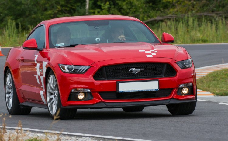 ford mustang podczas jazdy na torze