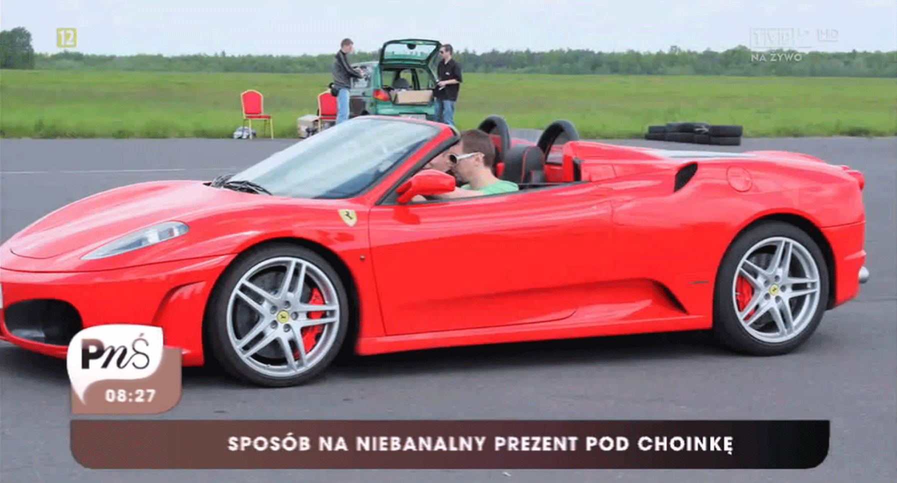Czerwony samochód marki Ferrari