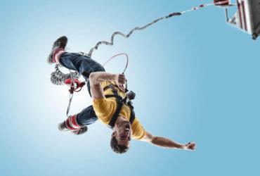 młody mężczyzna skacze na bungee