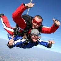 Skok spadochronowy w tandemie – jak wygląda? jak się przygotować?