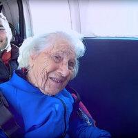100-latka skacze za spadochronem! Nigdy nie jest za późno, żeby spełniać marzenia