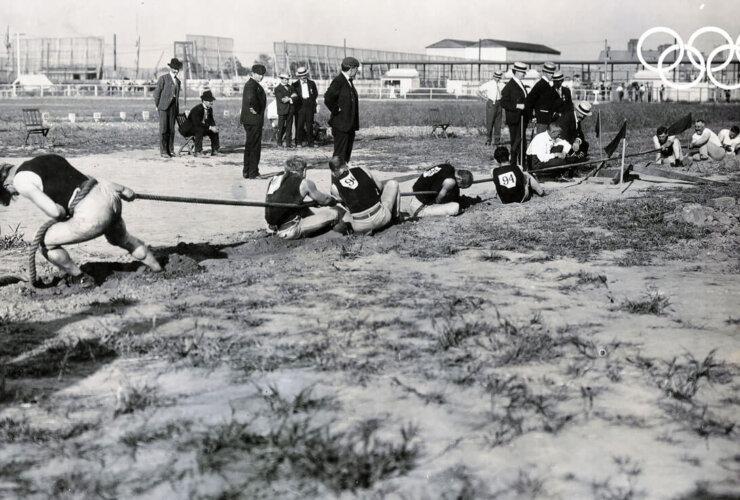 Mężczyźni podczas przeciągania liny