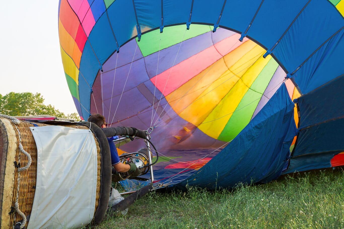napełnianie kolorowego balonu