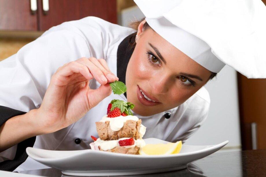 kobieta kucharz dekoruje deser