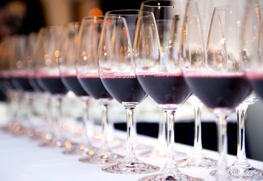 kieliszki zczerwonym winem