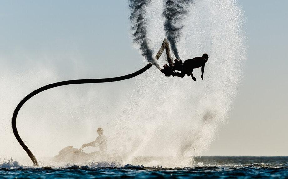 mężczyzna wykonujący akrobacje nafly board