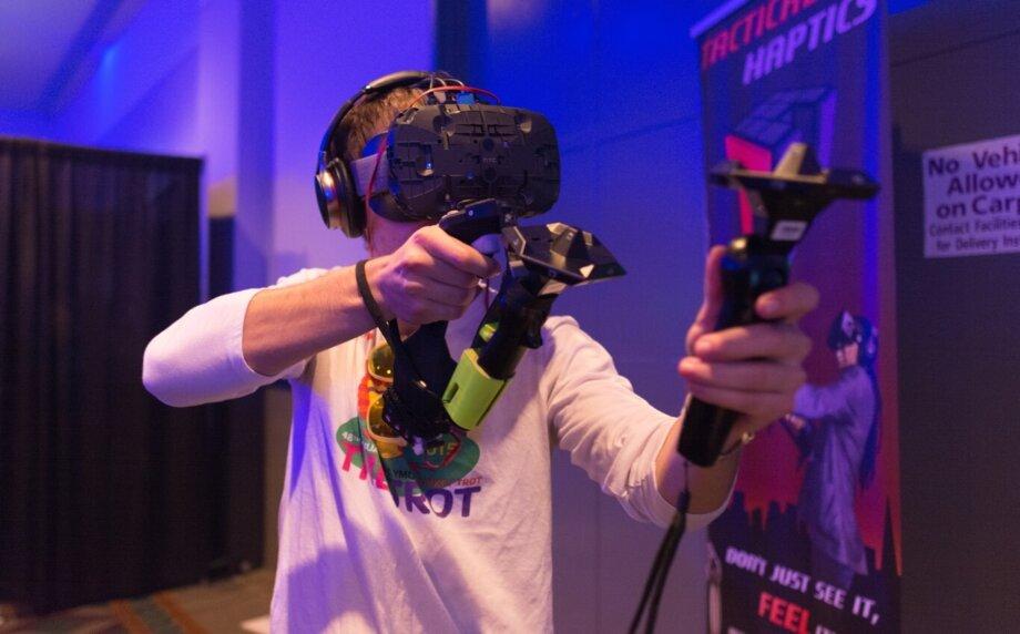 chłopak w czasie gry w wirtualnej rzeczywistości