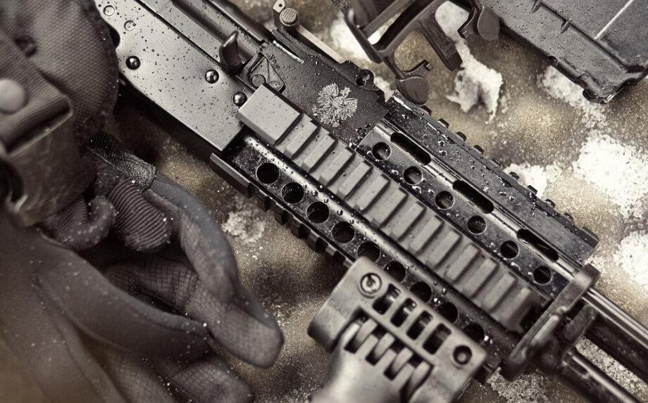 broń palna i rękawice pokryte śniegiem