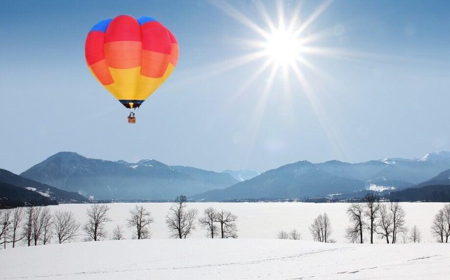 kolorowy balon nad ośnieżonymi polami