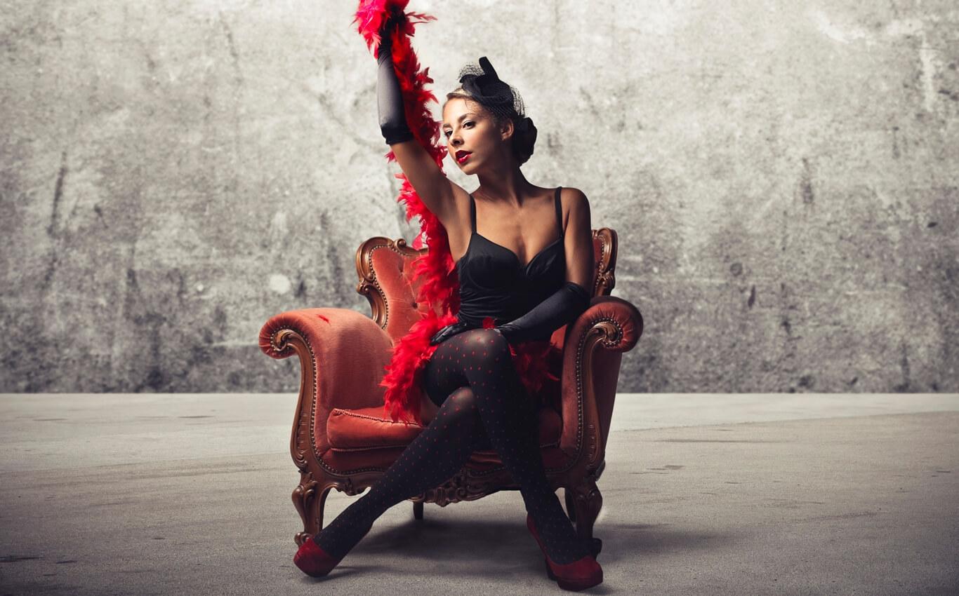 kobieta tańczy burleskę