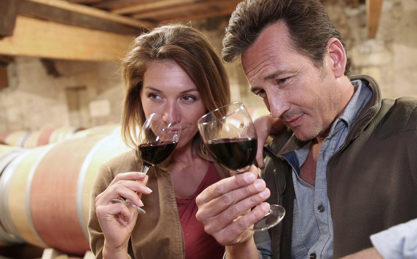 para wśrednim wieku kosztuje czerwonego wina