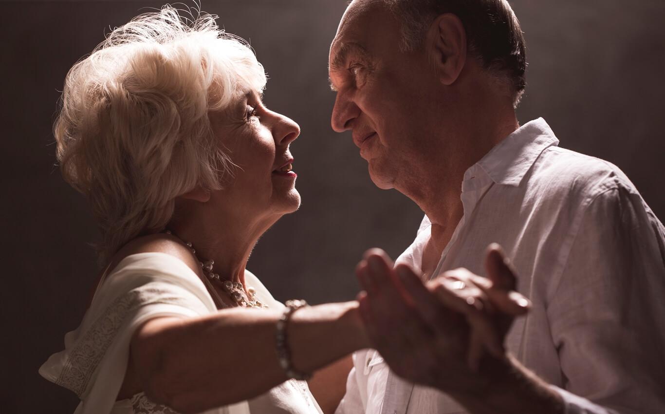 mężczyzna ikobieta wpodeszłym wieku podczas tańca