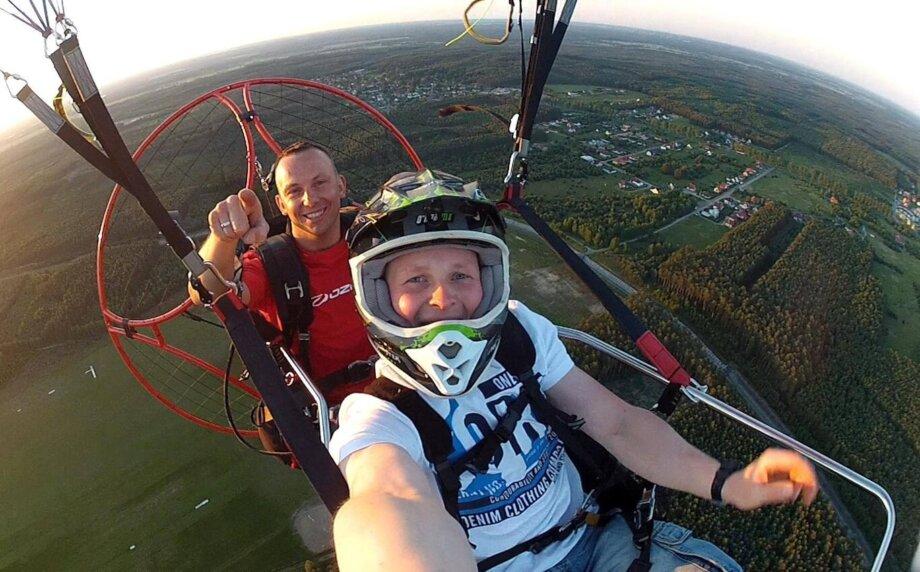 mężczyzna robi selfie wczasie lotu motoparalotnią