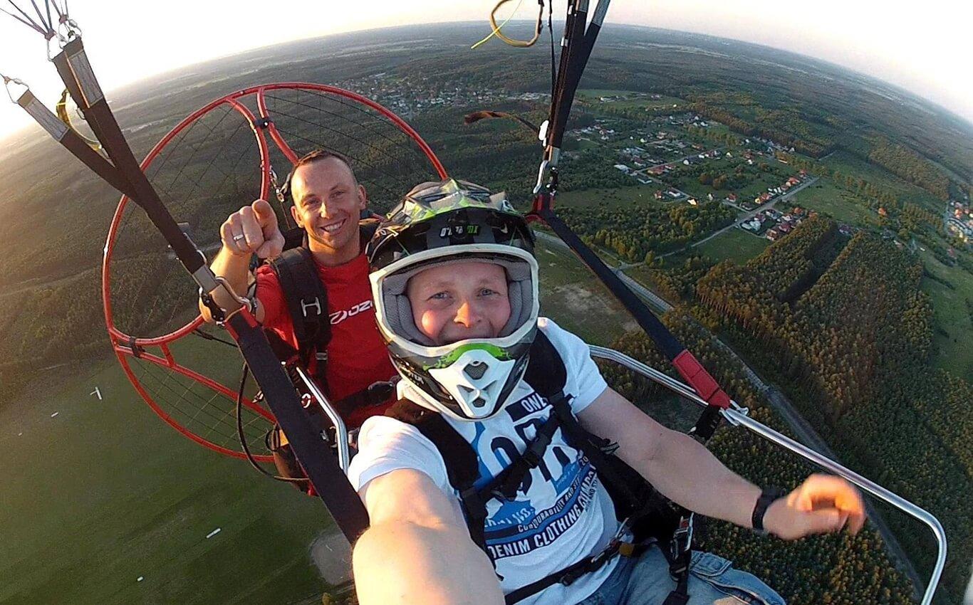 mężczyzna robi selfie w czasie lotu motoparalotnią