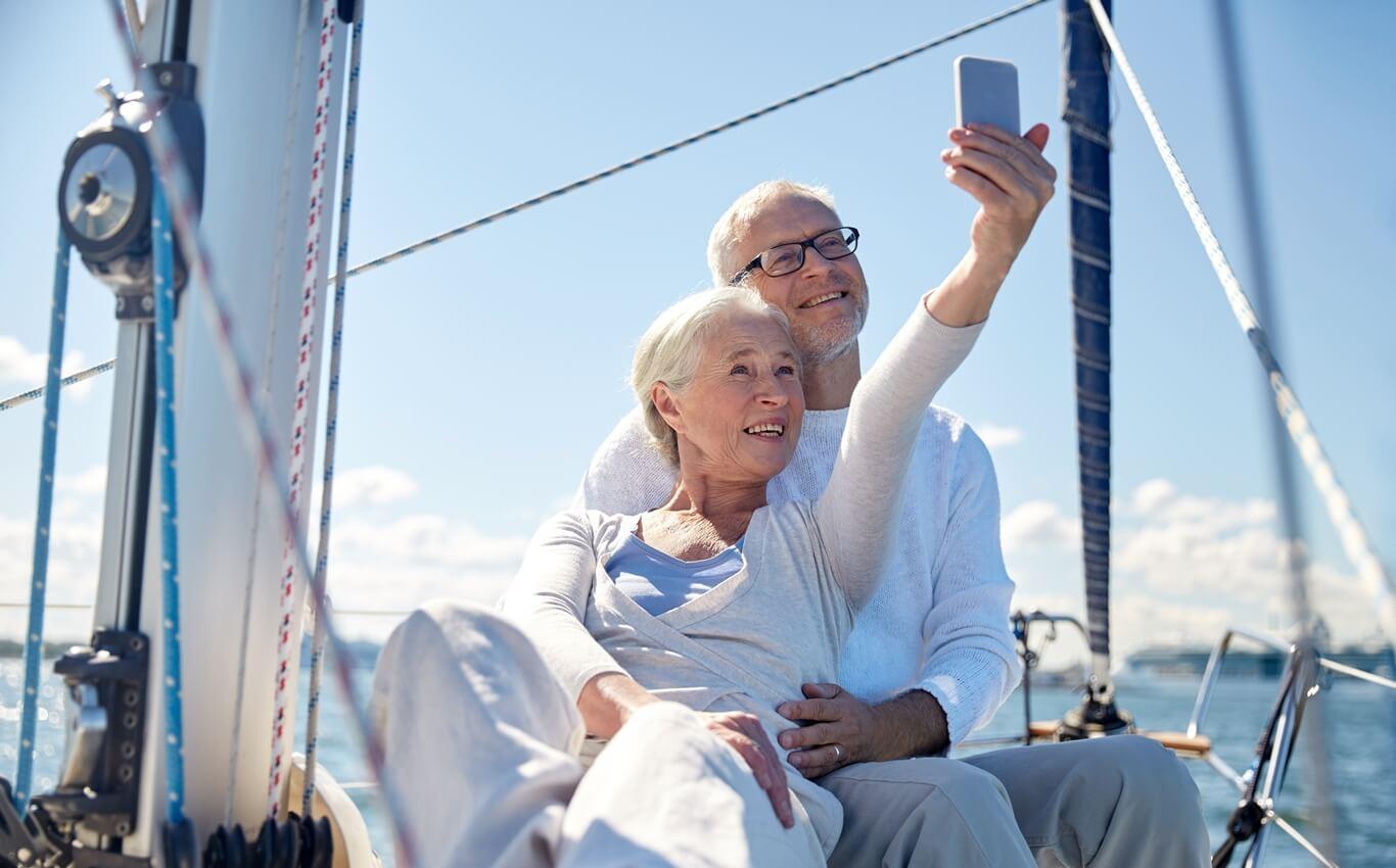 starsze małżeństwo robi selfie najachcie