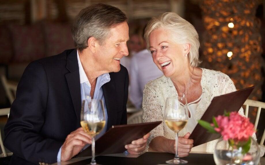 małżeństwo wśrednim wieku wybiera dania wrestauracji