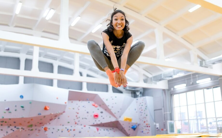 młoda kobieta skacząca na trampolinie