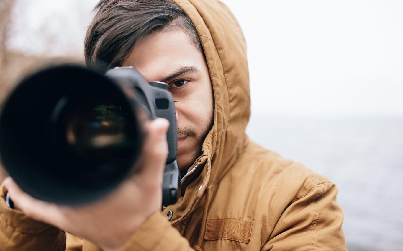 młody przystojny mężczyzna robi zdjęcia