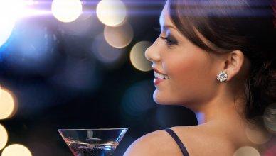 piękna młoda kobieta z lampką szampana