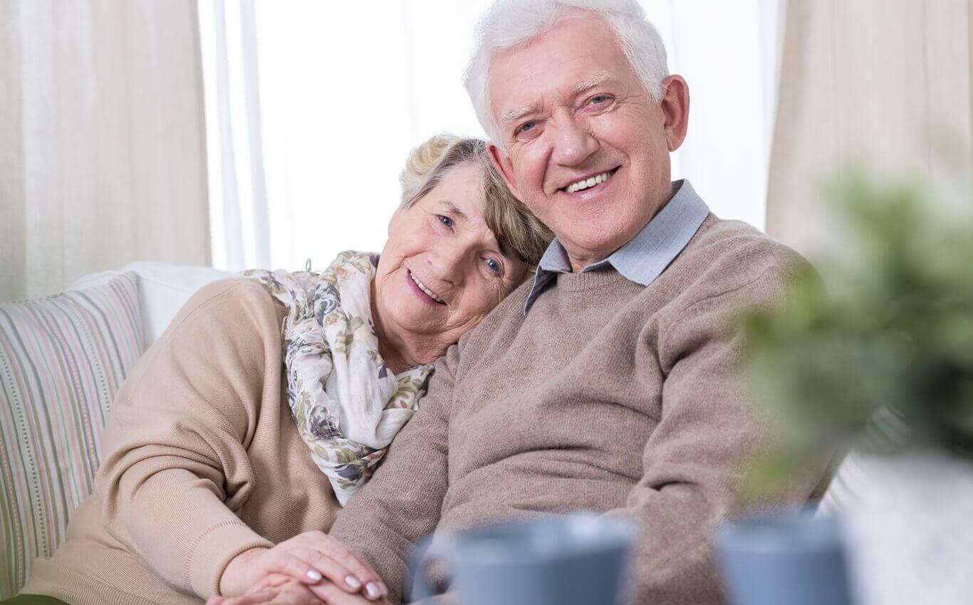 Dziadek wraz z babcią trzymający się za ręce