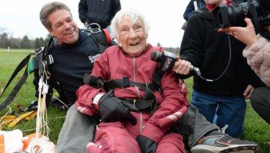 szczęśliwa 100 letnia kobieta udziela wywiadu po skoku ze spadochronem