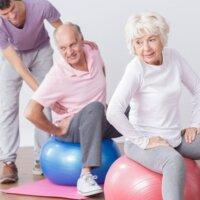 Seniorzy uprawiający gimnastykę