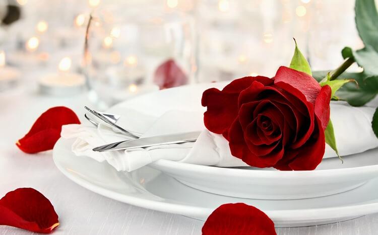 czerwona róża nabiałym talerzu