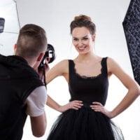 modelka pozuje do zdjęcia w studio