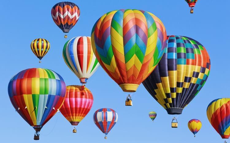 kolorowe balony na ogrzewane powietrze
