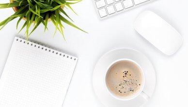 kawa, notes, klawiatura i kwiatek na białym biurku
