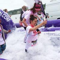 Kobiety podczas nagrywające przebieg biegu przezpianę