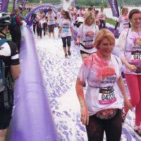 Ludzie podczas biegu przezpianę nafestiwalu The Color Run wPoznaniu