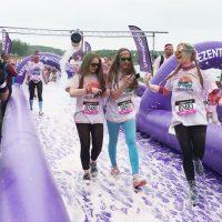 Młode dziewczyny podczas biegu przezpianę
