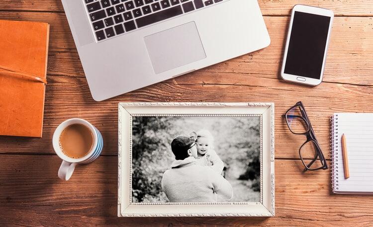 fotografia z tatą na drewnianym biurku