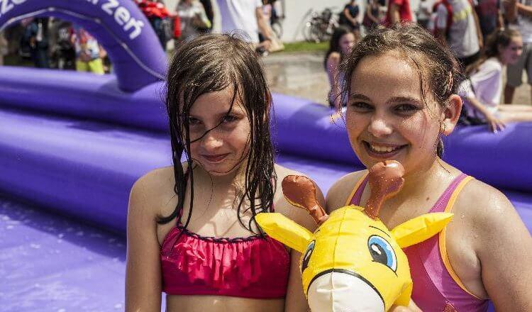 uśmiechnięte dzieci na ślizgawce wodnej