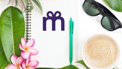notes, okulary, kawa i kwiaty plumerii