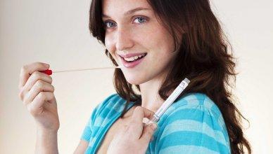 kobieta pobiera próbkę DNA do badań