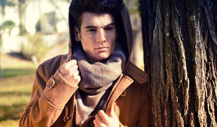 portret przystojnego chłopaka w parku jesienią