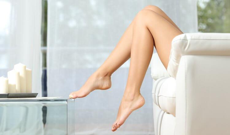 gładkie kobiece nogi w spa