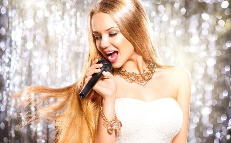 piękna dziewczyna śpiewa do mikrofonu