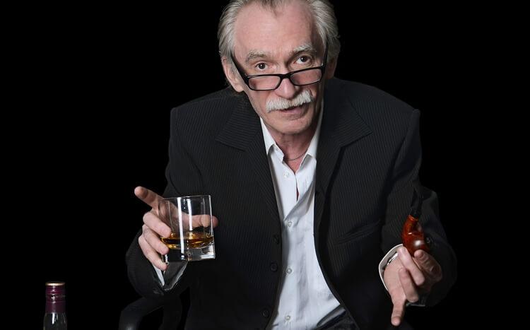 starszy mężczyzna zeszklaną whisky ifajką