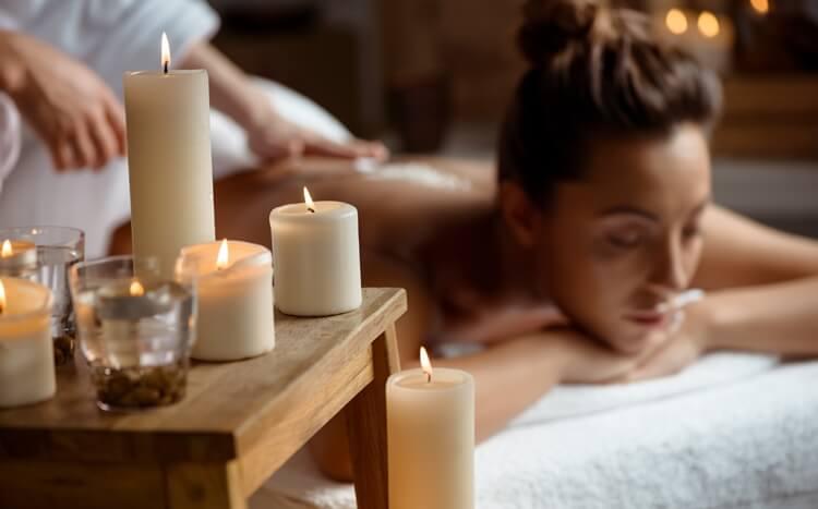 kobieta na masażu pleców w spa
