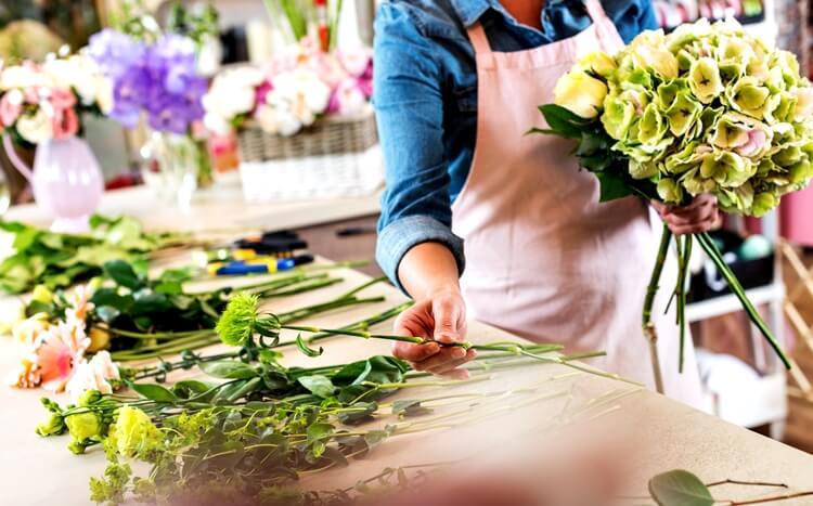florystka układa bukiet kwiatów