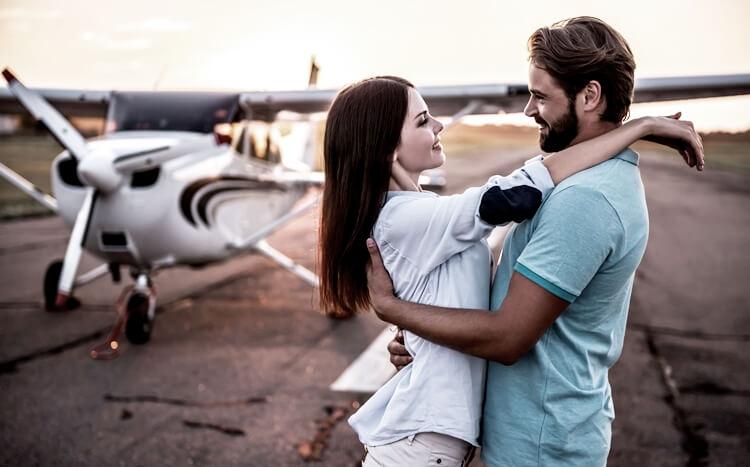 para przytula się nalotnisku natle awionetki